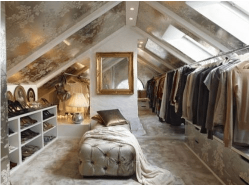 dachraum-ankleidezimmmer mit interessante deckedekoration in gold