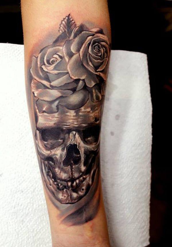 Tatto idee-Armtattoo mit Rosen und Totenkopf
