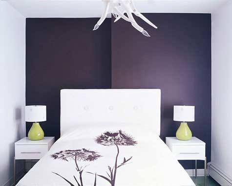 lila farbgestaltung für schlafzimmer mit weißen nachttischen