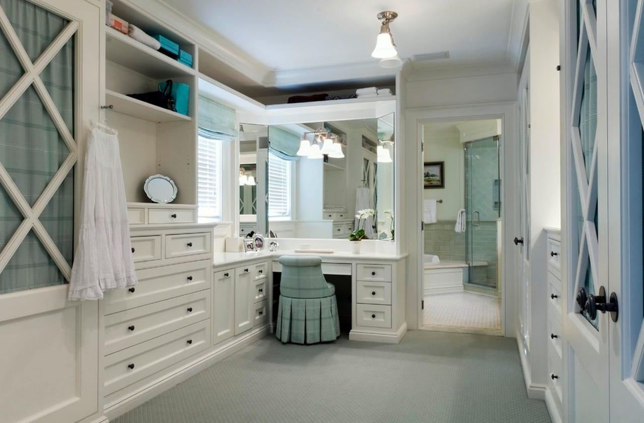 mädchen-ankleidezimmmer in weiß mit Toilletentisch und Spiegel