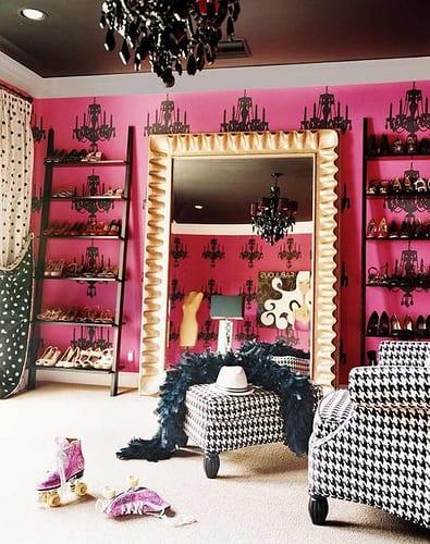 coole anklederaum in roza mit offene Schuhregalen und interessante Wanddekoration