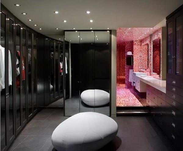 übergehendes Ankleideraum zum Badezimmer mit steinförmige hocker in weiß