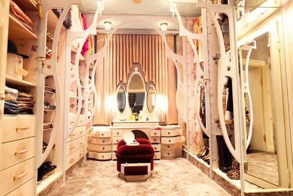 interessantes design fürs ankleidezimmer in weiß mit toilletentisch