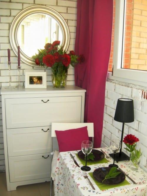 verglaster Balkon als kleines Esszimmer