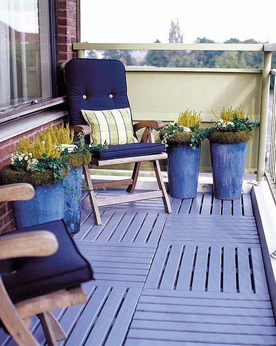 frische Einrichtungsidee klener Balkons mit zwei Sesseln und Boden in blau