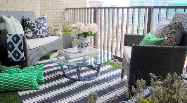 einrichtungsidee kleiner Balkons in blau mit Rattanmöbeln