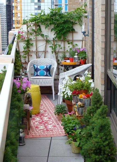 kleiner Garten auf dem Balkon- Blumendekoration