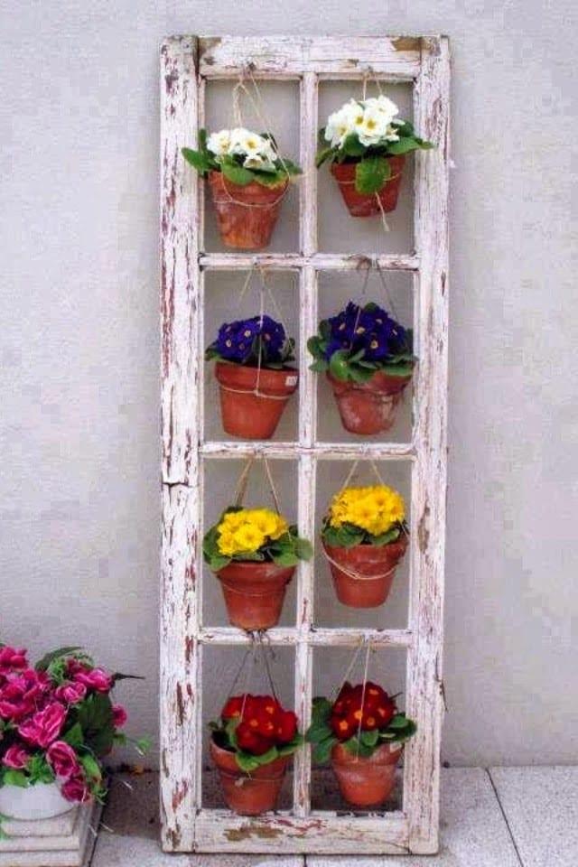 kreative Vintage-Blumengestaltung für den Balkon