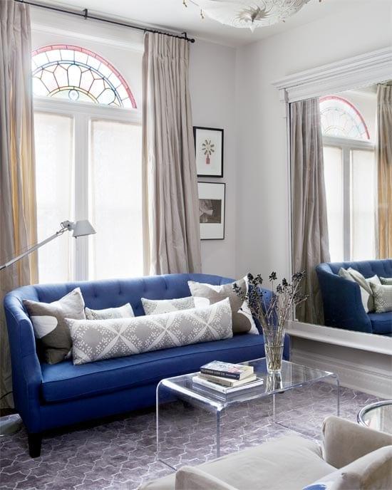 Blaues Sofa In Kleinem Wohnzimmer
