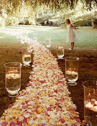hochzeit deko ideen mit rosenblätern und glas-teeleuchten im garten