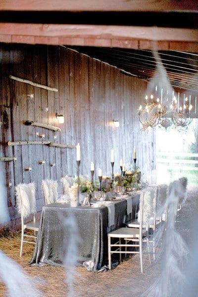 moderne hochzeitdekoration in weiß und grau