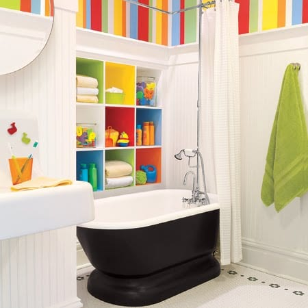 kinder-Badewanne und bunte Wandfächer für kinder