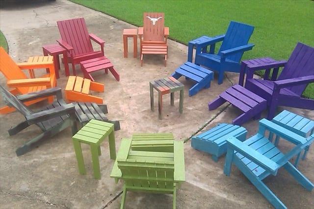 palettenmöbel-farbig gestrichene liege aus europaletten