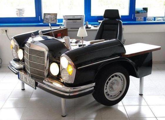 kreatives Arbeitstisch aus schwarzem retro Mercedes Autoteil