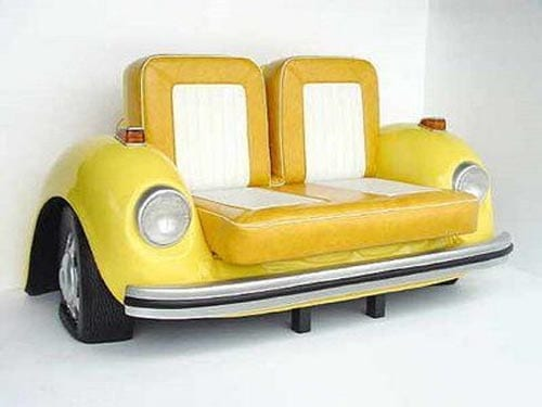 kreatives Autotel-Sofa mit gelben Autositzen aus leder