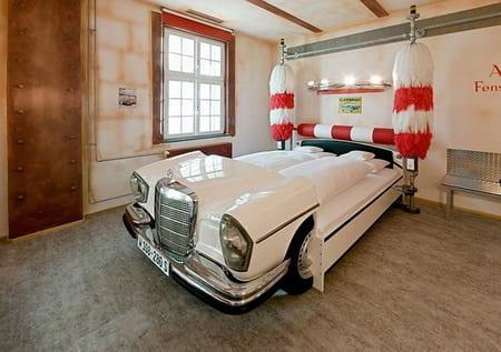 klreative kinderzimmer gestaltung mit Bett aus weißen Autoteilen