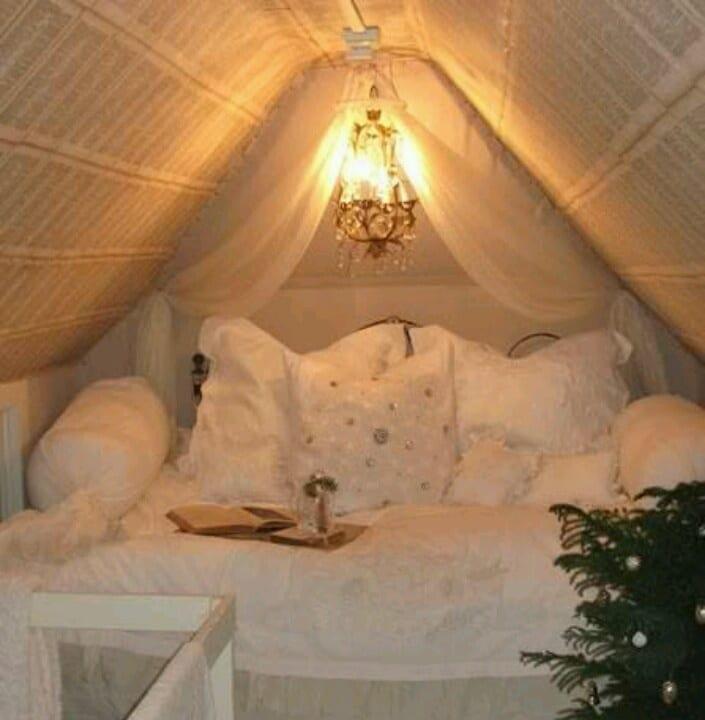 kleines schlafzimmer einrichten in weiß mit baldachin