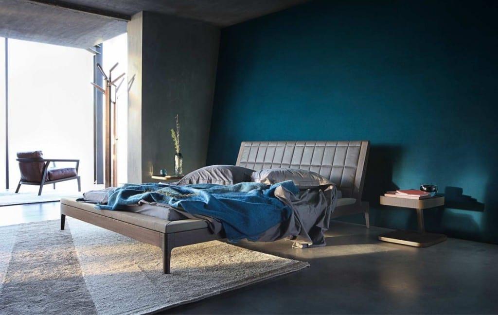 minimalistische schlafzimmer einrichtung und Wandgestaltung in dunkelblau