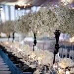 hochzeit tischdekoration mit weißen blumen in schwarzen vasen