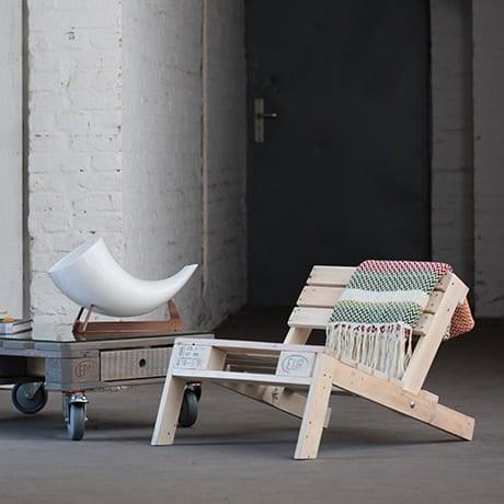 moderner Sessel aus helle Paletten mit paletten-rolltisch und designertischdeko
