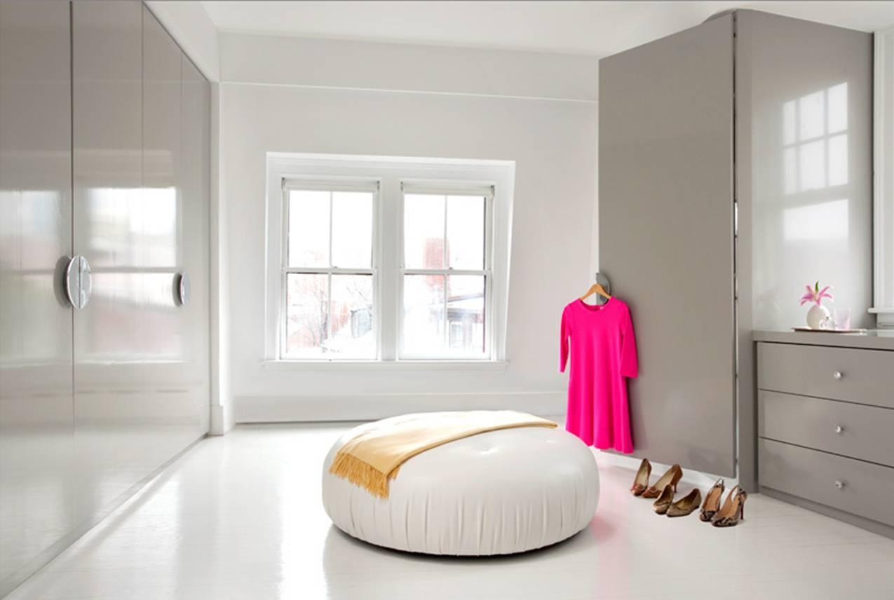 ankleideraum in weiss mit Kleiderschrank in grau glanz