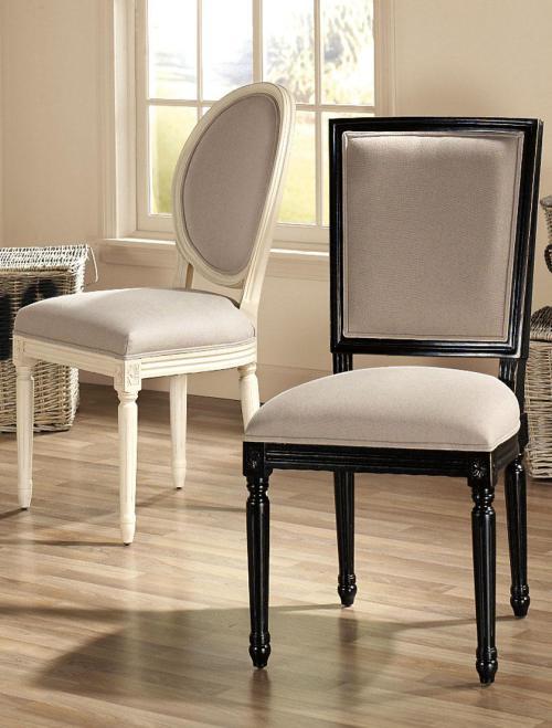 gepolsterte Holzstühle in weiß und schwarz auf Holzbodenbelag