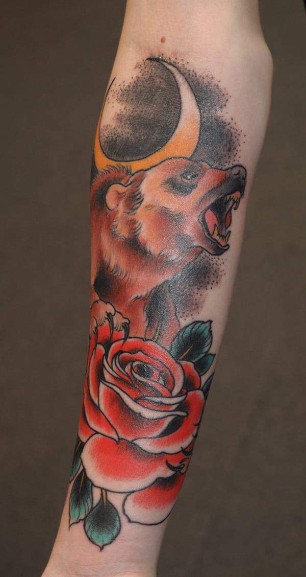 Unterarm Tattooidee mit Rose und Bär-Tiertattoo
