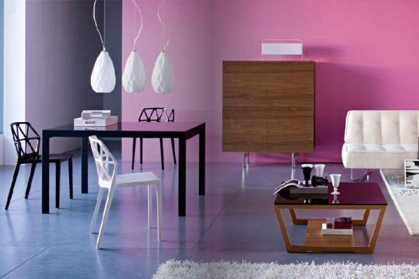 überfließende wand-farbgestaltung- scharzer Tisch- moderne Wohneinrichtung