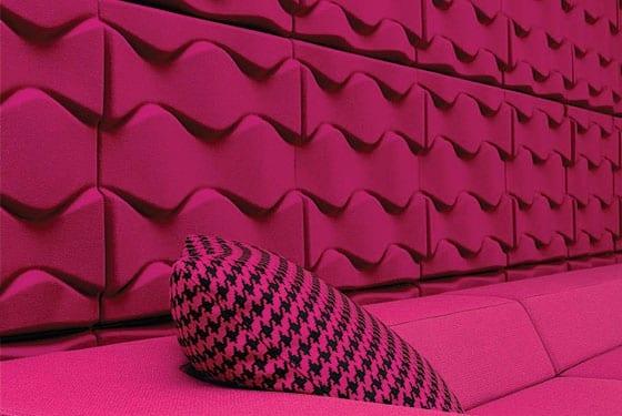 3D-Wandgestaltung- Wanddeko und sofa in kräftige pink-farbe