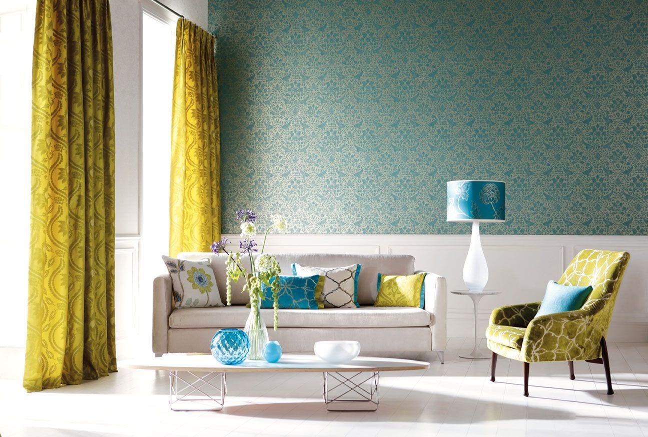 interessante Wohnzimmer einrichtung mit grünen Gardinen und weißem sofa mit gemusterten Kissen