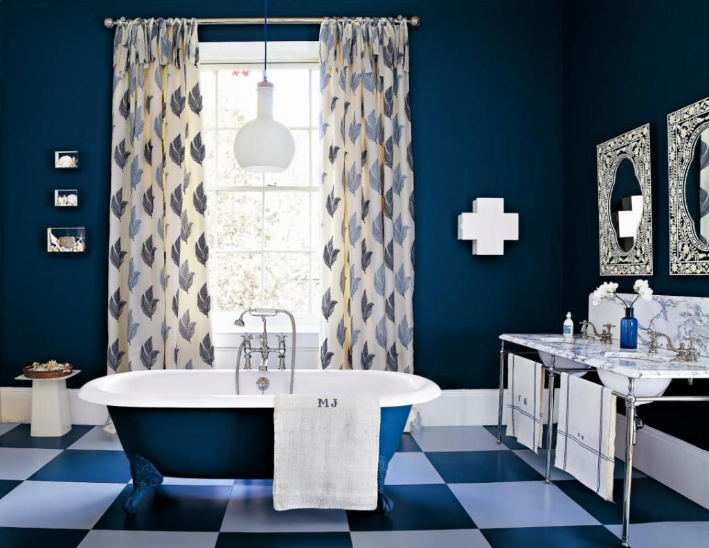modernes badezimmer ideen- blaue freistehende badewanne-badezimmerspiegel