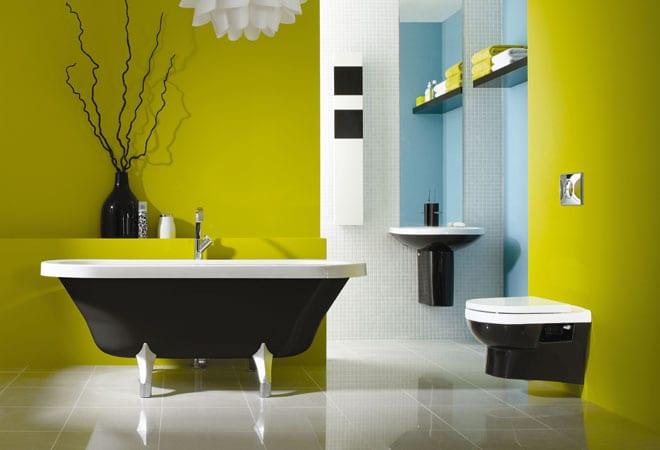 badezimmer streichen- freistehende badewanne in braun und weiß