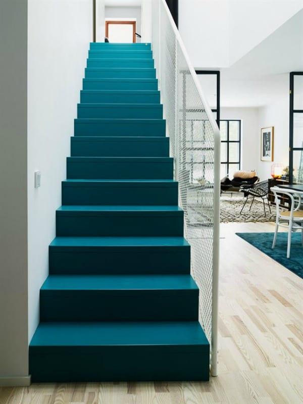 moderne Wonheinrichtung mit dunkelblauen Treppe und teppich