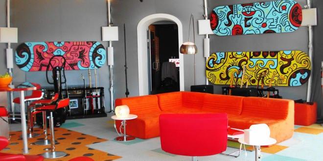 farbrausch sch ner wohnen kr ftige farben im wohnzimmer. Black Bedroom Furniture Sets. Home Design Ideas