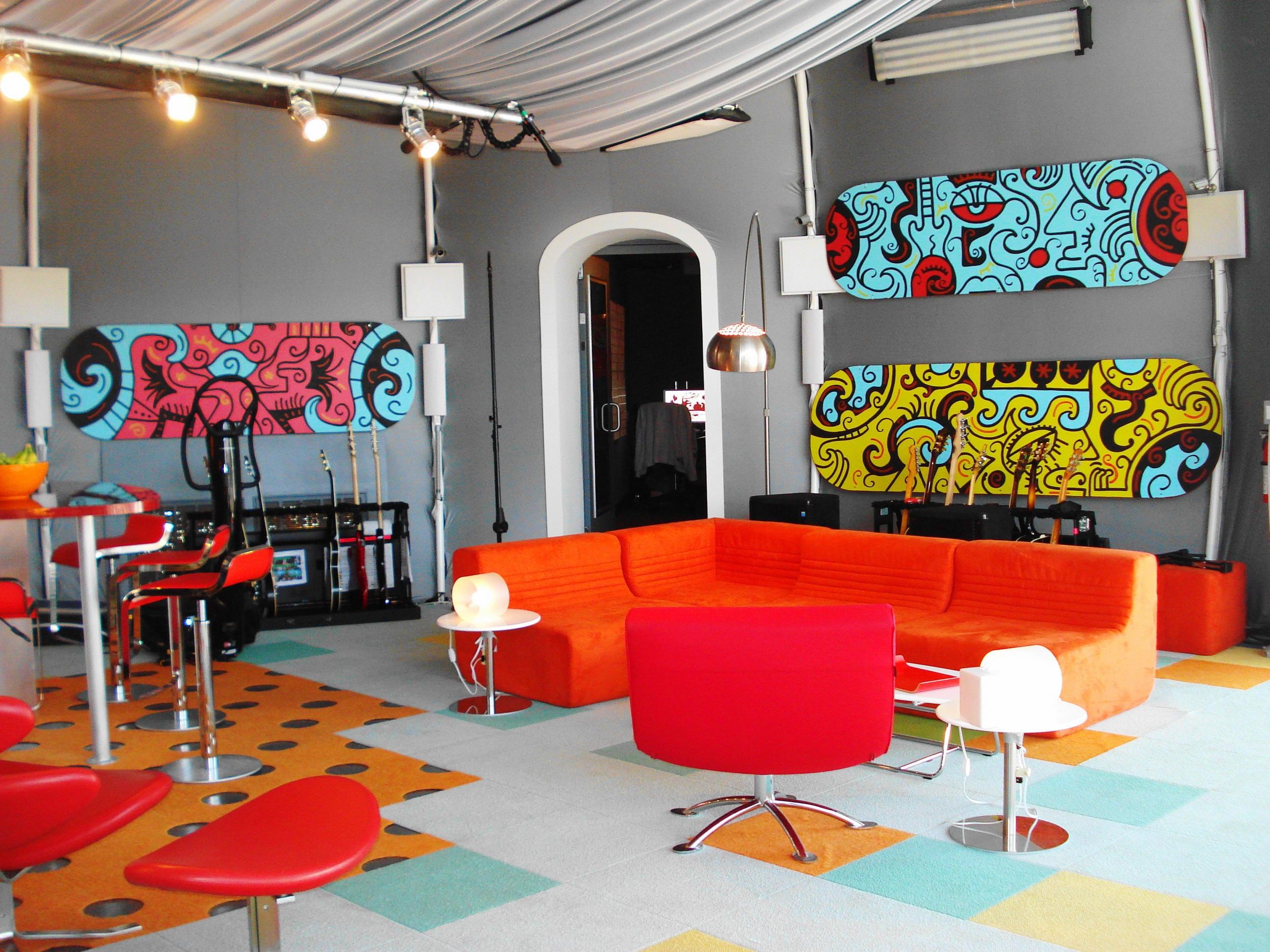 einzigartige Wohnzimmergestaltung in orange und pink mit kreative Wanddekoration