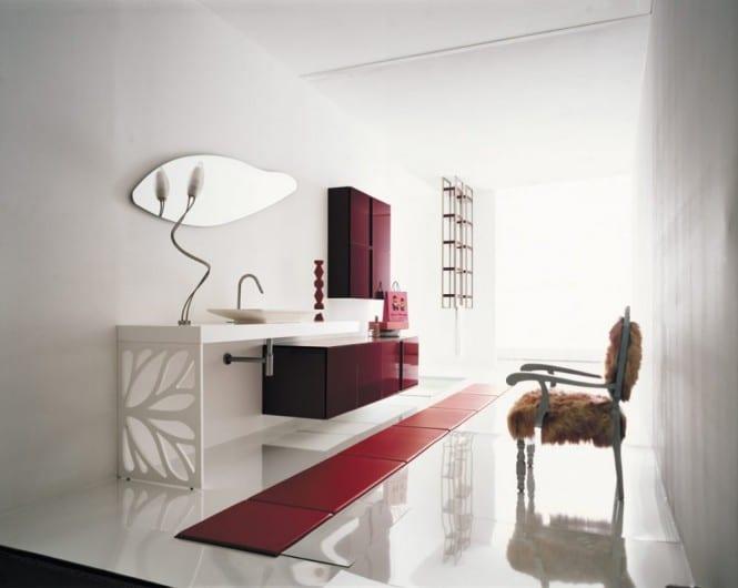 luxus badezimmer mit rote badezimmerschränken- roter lederteppich