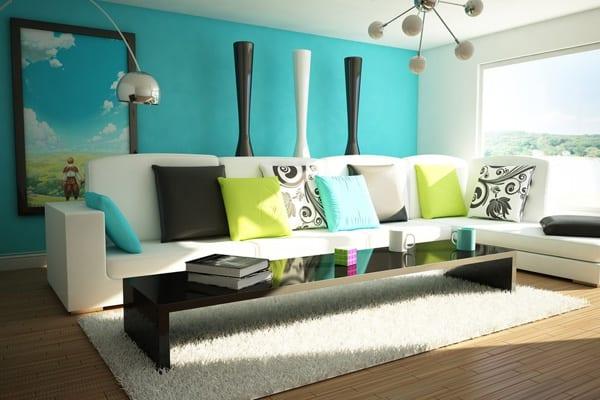 blaue wandgestaltung mit weißem sofa und grünen Kissen