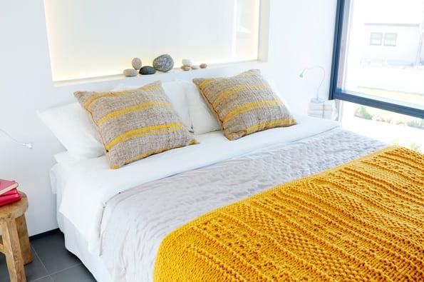die gelbe farbe im schlafzimmer - gelbe strickdecke fürs bett