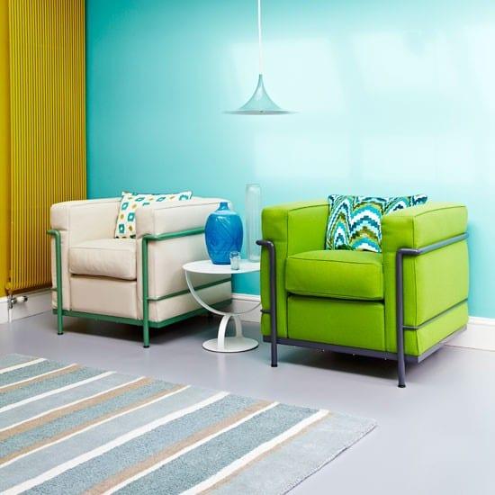 kreative wohneinrichtung mit Wand in blau und gelb gestrichenem Heizkörper