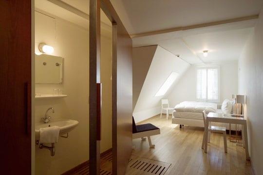 einrichtungsidee kleines schlafzimmer mit bad und arbeitstisch in weiß