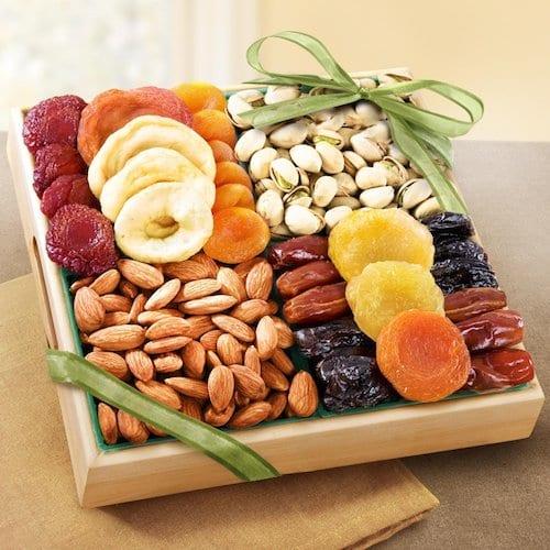 leckerer geschenk mit nüssen und trockenfrüchten