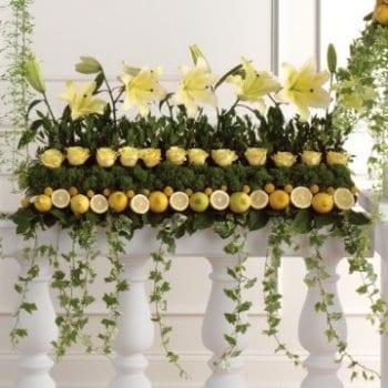 kreative hochzeit deko mit Zitronen und Blumen