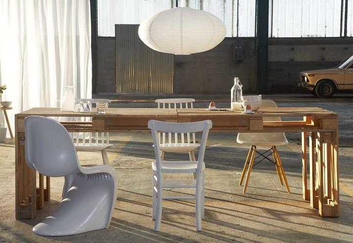 moderner Esstisch aus europaletten mit Designerstuhlen in weiß und deckenleuchte aus Papier
