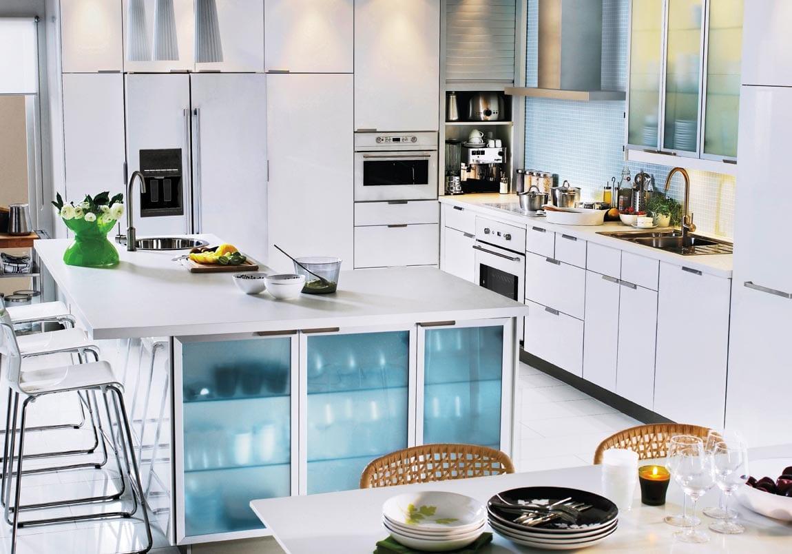 moderne küche in weiß mit Kochinsel und Glas-Schranktüren