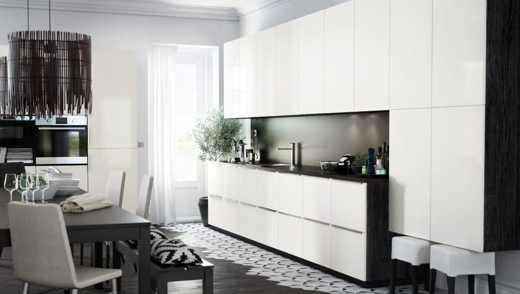 moderne Küche mit weißen Küchenshränken und schwarzen Holzseiten
