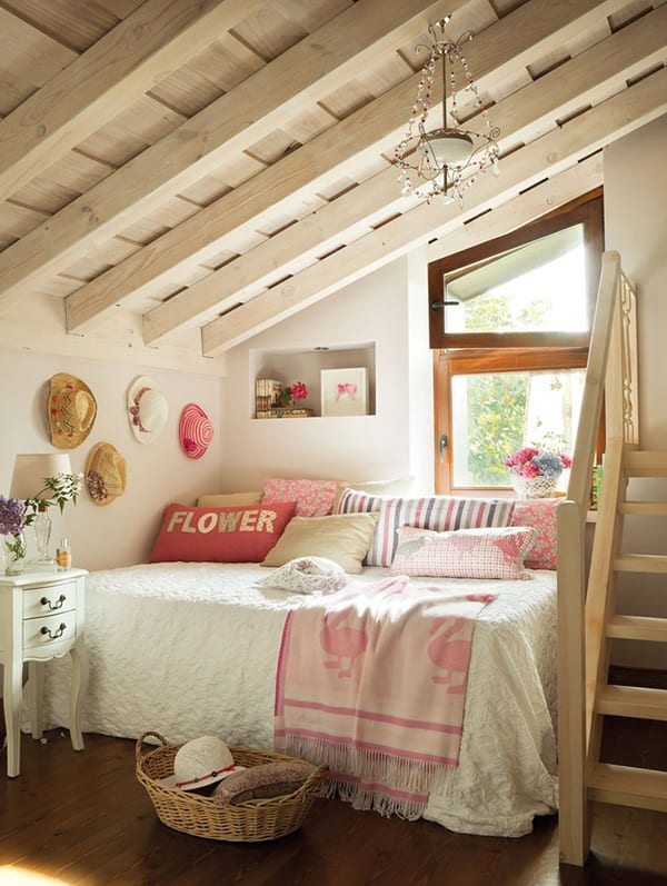 kleines Kinder-Schlafzimmer am dach- Dachraum mit sichtbaren Holzkonstruktion in weiß gestrichen