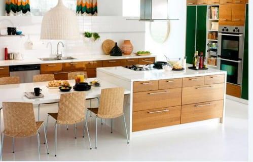 moderne weiße Küche mit Kochinsel und Esstisch