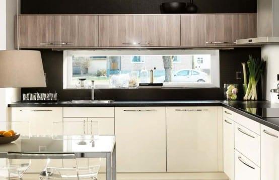 moderne Küche mit länglichem Fenster über die Küchetheke