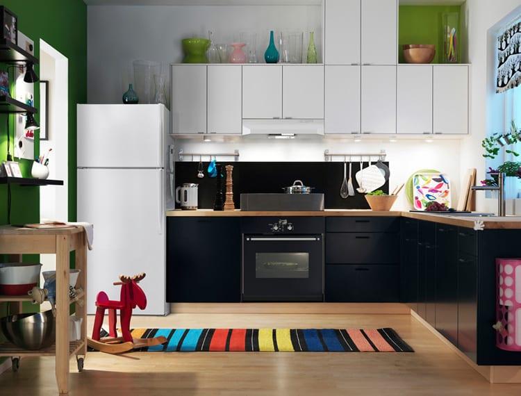 ike küche mit weißen und schwarzen Küchenschränken und grüne wandgestaltung