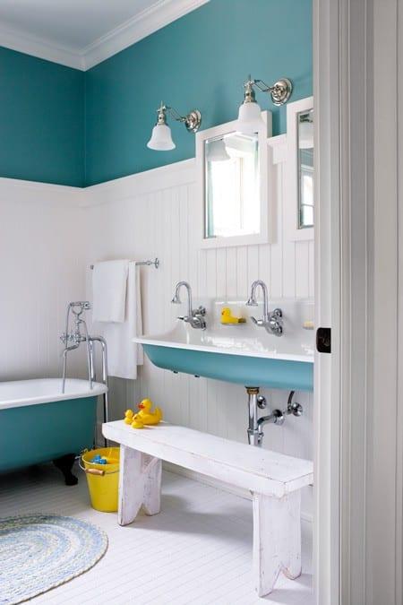 badezimmer gestaltungsidee für kinder in blau mit weißer Holzbank